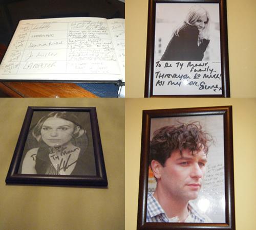 Libro de huéspedes y fotos de los actores en Ty Mwar Mansion